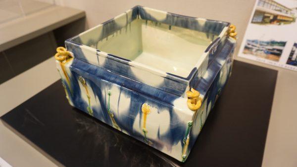 食器としての陶器だけでなく、芸術作品とみることができる色彩と繊細さ